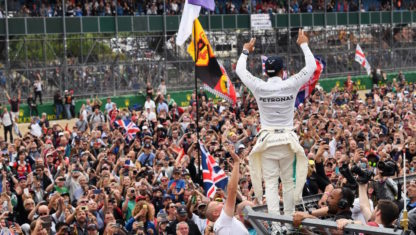 SILVERSTONE | Hamilton's master strike at home leaves the championship hanging on a thread
